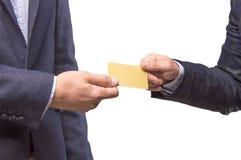 有卡片的两个人在手上  免版税库存照片