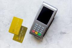 有卡片的付款终端在桌背景顶视图 免版税图库摄影