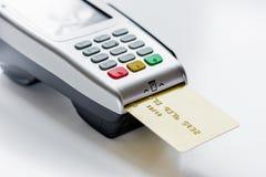 有卡片的付款终端在桌背景 免版税库存图片