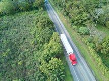 有卡车的路运送容器 库存图片
