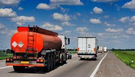 有卡车的,槽车一条高速公路 免版税图库摄影