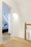 有卧室门的现代走廊 库存图片