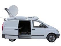 有卫星盘天线的白色电视新闻记者搬运车被隔绝在w 库存图片