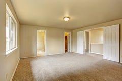 有卫生间的Emtpy在壁橱的主卧室和步行 免版税库存图片