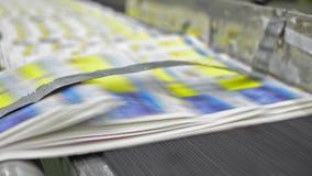有印刷品的连续传送带在印刷设备中 股票录像