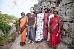 有印地安妇女的外国妇女在Mamallapuram 免版税库存图片