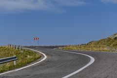 绕有危险曲线的山路在喀尔巴阡山脉 路transfagarasan的罗马尼亚 库存图片
