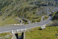 绕有危险曲线的山路在喀尔巴阡山脉 路transfagarasan的罗马尼亚 免版税库存图片