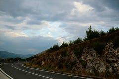 有危险曲线的弯曲道路 库存图片