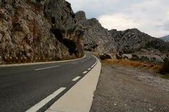 有危险曲线的弯曲道路 免版税库存照片