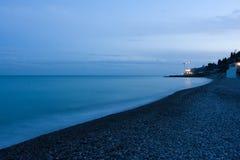 有卵石花纹的海滩 库存照片