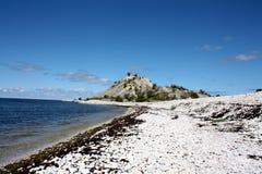 有卵石花纹的海滩 免版税库存图片
