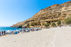 有卵石花纹的海滩Matala,希腊克利特 Matala在石灰石岩石名声在外为人为新石器时代的洞,雕刻 免版税库存图片