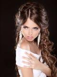 有卷发和晚上构成的美丽的妇女被隔绝  图库摄影