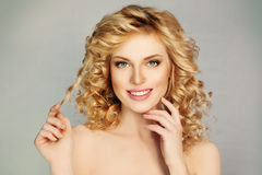 有卷发和暴牙的微笑的俏丽的女孩 免版税图库摄影