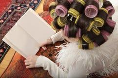 有卷发的人的女孩 免版税图库摄影