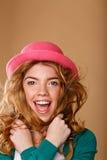 有卷发的女孩在一个桃红色帽子 免版税图库摄影
