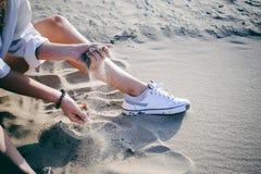 有卷发的妇女,青年时期浪漫史,旅途步行在一个沙滩的一个温暖的夏天晴天用水 库存图片