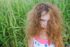 有卷发的小美丽的女孩 库存照片
