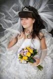 有卷发的新娘和从黄色玫瑰的婚礼花束 免版税库存图片