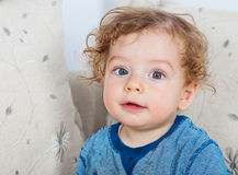 有卷发的男婴 免版税库存照片
