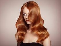 有卷发的红头发人妇女 免版税库存照片
