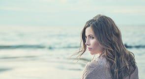 有卷发的美丽的孤独的女孩在一个冷的春日 图库摄影