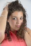 有卷发的美丽的拉丁女孩 免版税库存照片