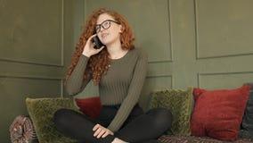 有卷发的美女谈话在电话 影视素材