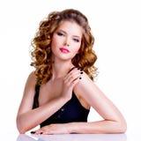 有卷发的年轻美丽的妇女 免版税库存照片
