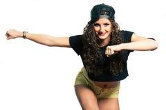 有卷发的Hip Hop有氧运动舞蹈家年轻微笑的妇女 免版税库存照片