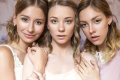 有卷曲发型和ne的三名美丽的深色的新娘妇女 库存照片