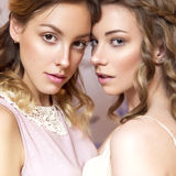 有卷曲发型和neut的两名美丽的深色的新娘妇女 免版税库存图片