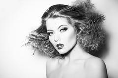 有卷曲大和长的permed头发的秀丽少妇 免版税库存照片