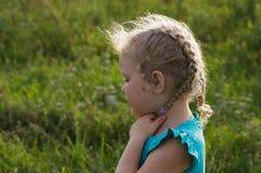 有卷曲白发的女孩孩子在太阳光芒  免版税库存照片