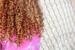有卷曲红色头发的小女孩 图库摄影
