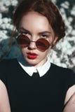 有卷曲redhair的俏丽的女孩 免版税库存照片