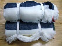 有卷白色皮带的卷起的羊毛毯子 免版税库存照片