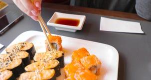 有卷的大板材在一个人采取并且吃的餐馆 股票视频