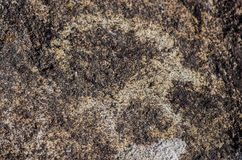 有历史刻在岩石上的文字的古老站点在吉尔吉斯斯坦 库存照片