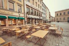 有历史啤酒酒吧的桌的街道在老巴法力亚城市 库存图片