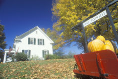 有历史的客栈在秋天的新英格兰 库存图片