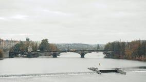 有历史的查理大桥和伏尔塔瓦河河的布拉格,捷克全景 股票录像