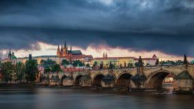 有历史的查理大桥的捷克,布拉格全景和 免版税库存照片