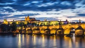 有历史的查理大桥的捷克,布拉格全景和 库存图片