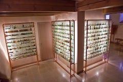 有历史的瓶的玻璃门橱柜格拉巴酒在一个博物馆在Basano del Grappa,意大利 图库摄影