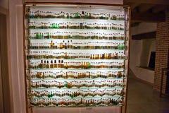 有历史的瓶的玻璃门橱柜格拉巴酒在一个博物馆在Basano del Grappa,意大利 免版税图库摄影