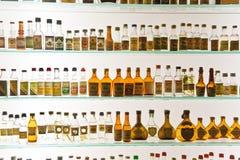 有历史的瓶的玻璃门橱柜格拉巴酒在一个博物馆在Basano del Grappa,意大利 库存照片