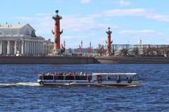 有历史部分的游人美好的建筑学的小船 免版税库存图片