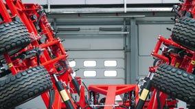 有厚实的轮胎展开的落后的耕地机 有轮子的农机 股票录像